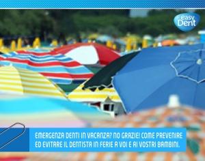 spiaggia affollatissima di ombrelloni