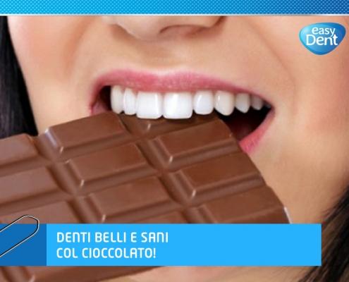 Bocca di donna con bei denti morde cioccolato