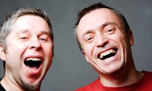 uomini felici e sorridenti