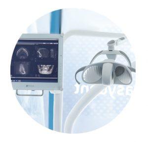 Sedia dentista con monitor tecnologico
