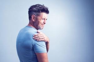 uomo con dolore alla spalla