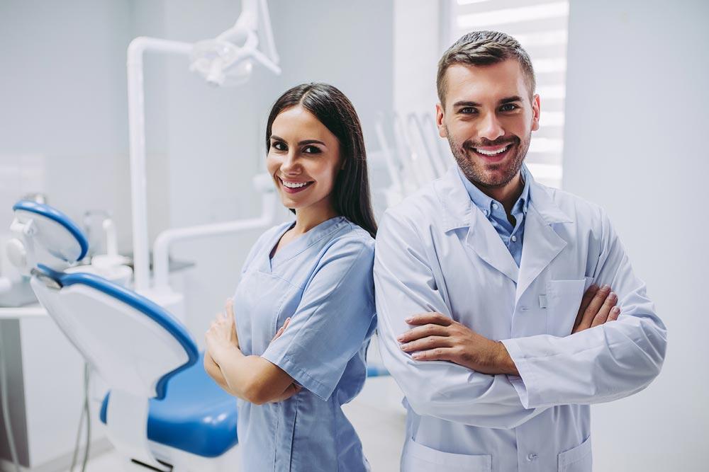 dottore e dottoressa giovani bella presenza