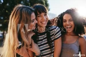 3 ragazze allegre e sorridenti