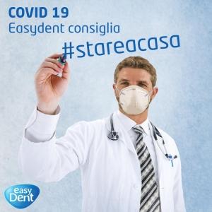 dottore con mascherina scrive #stareacasa