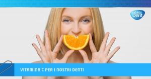 Donna con fetta di arancia in sostituzione del proprio sorriso